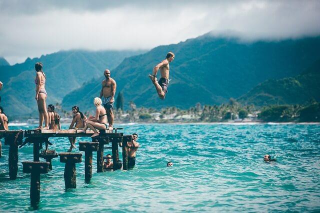 Ex zurück gewinnen, Liebeskummer überwinden - mit Freunden ausgehen und aktiv ablenken am Badesee