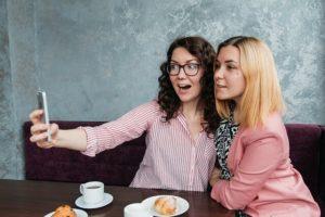 Ex zurück gewinnen, Liebeskummer überwinden - Mit Freundin eine Selfie machen Selbst präsentieren