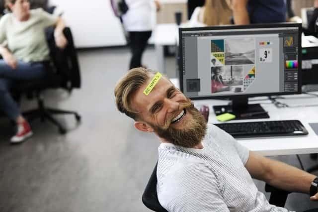 Gute Laune, glücklicher Mann, strahlendes Gesicht